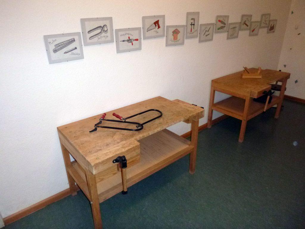 Werkbänke im Bastelraum